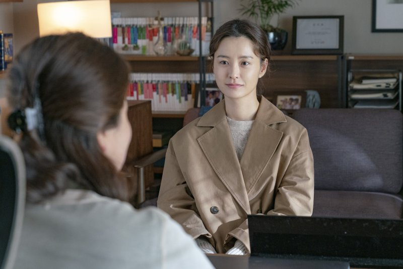 Ji-young (Jung Yumi) sits in her therapist's office looking straight at her.