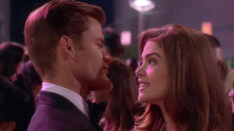 Johnny Rico (Casper Van Dien) and Carmen Ibanez (Denise Richards) dance at their high school prom.